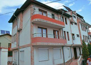 Семеен хотел Петакови