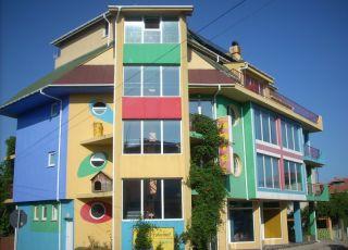 Хотел Шарената къща