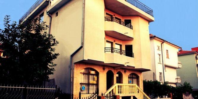 Къща Ави