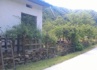 Малка къща край река