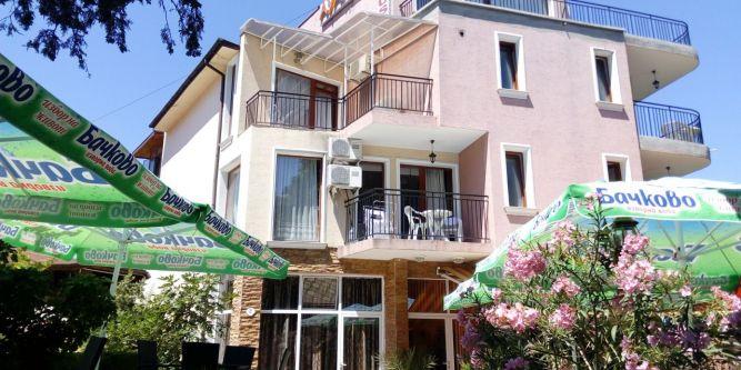 Семеен хотел Аянов