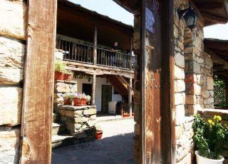 Косовски къщи, до Нареченски Бани