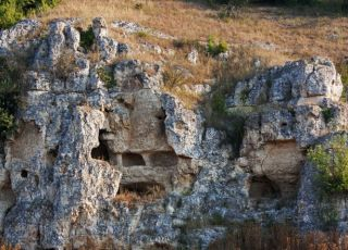 Скален манастир Хайдушки къщи